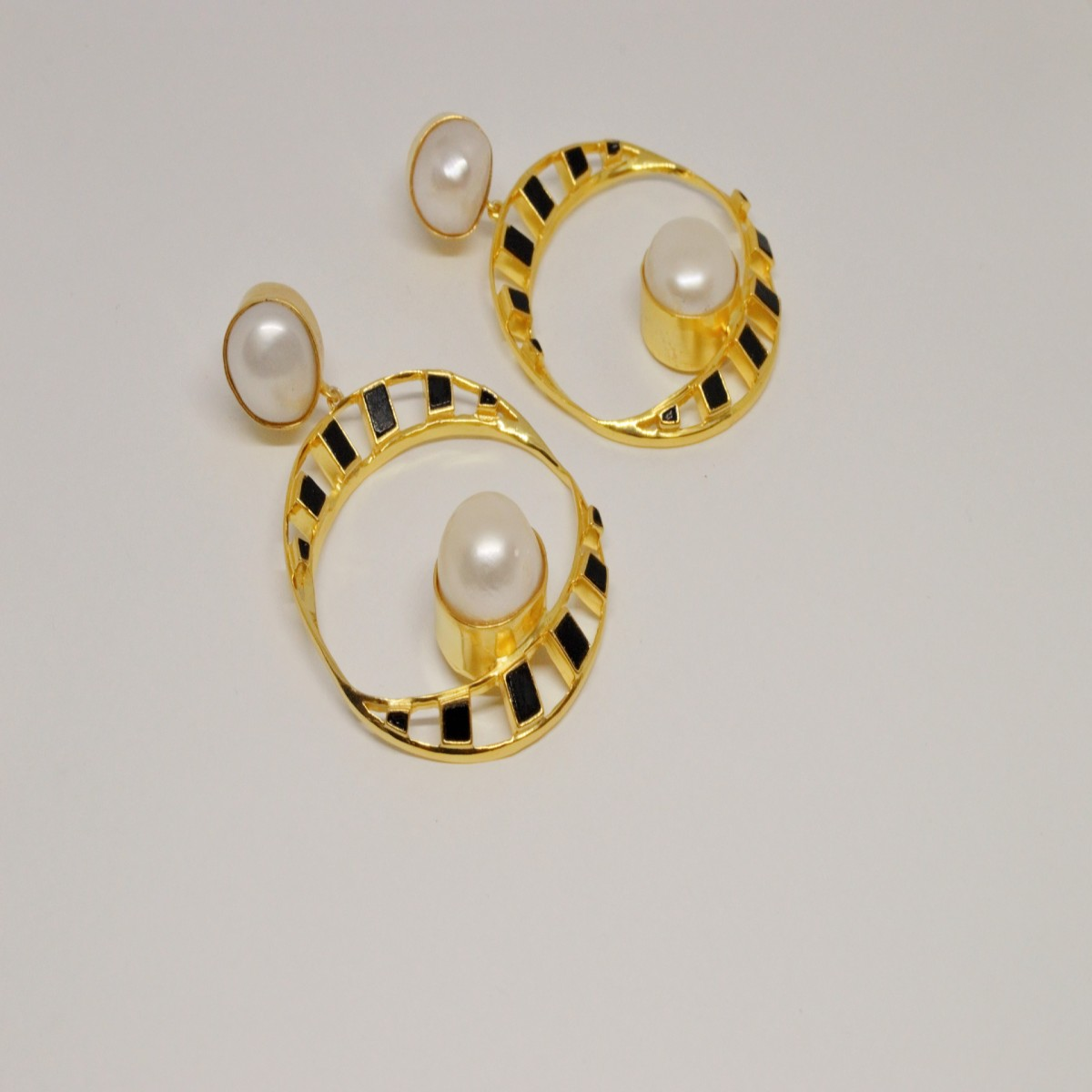 earrings pearls and black onyx (1 gold, 1 silver)earrings pearls and black onyx